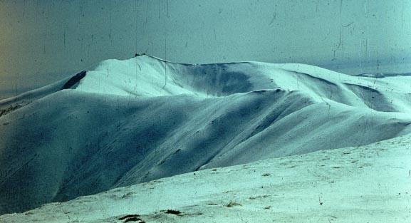 Вдалині - три  велетенські білі кулі радіолокаційного комплексу на горі Стой