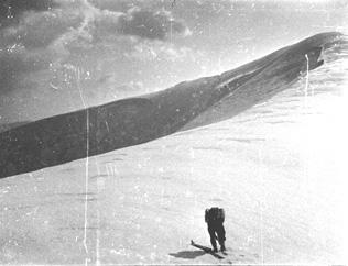 Снігові  карнизи загрожують лавиною, доводиться бігати у розвідки