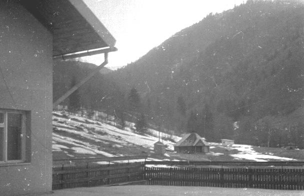 Вид з тераси  на колибу